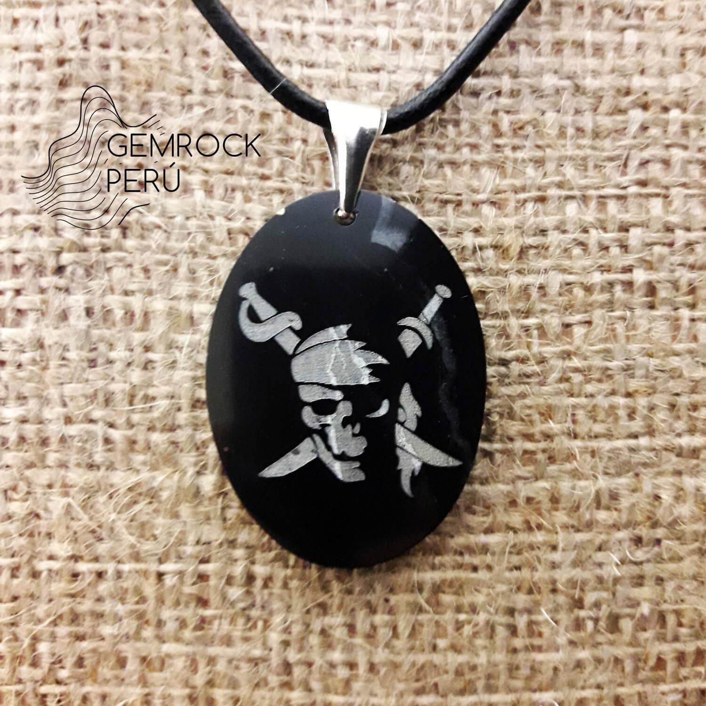 Dije hecho a mano de jade negro con grabado de bandera de piratas y gancho de plata esterlina