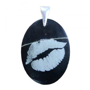 "Black jade engraved pendant ""kissing lips"""