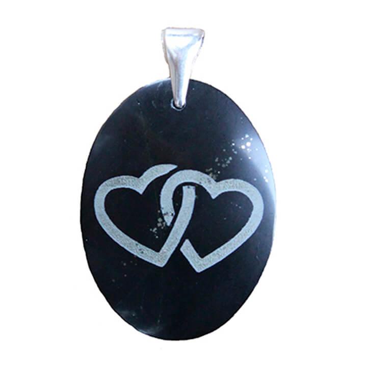 Dije hecho a mano de jade negro con grabado de dos corazones enganchados y gancho de plata esterlina